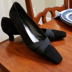 Stuart Weitzman Sz 9.5N black kitten heel shoes